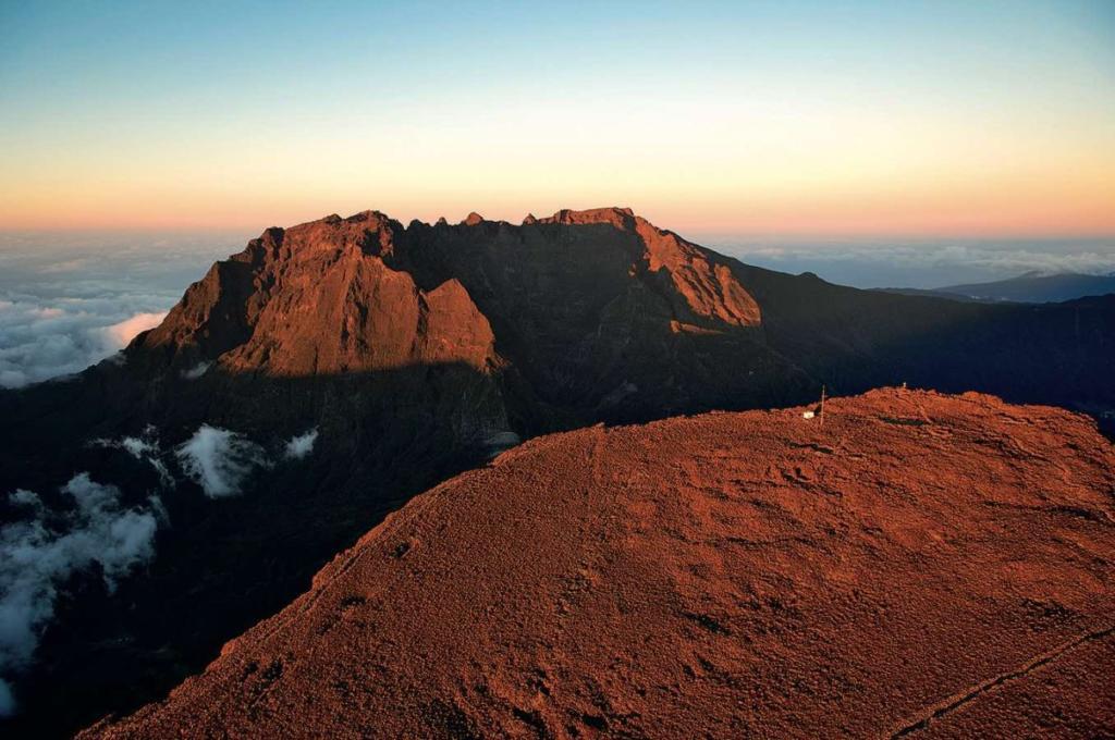 Piton des Neiges sommet coucher de soleil cartedelareunion.fr © Serge Gelabert 1204x800 1